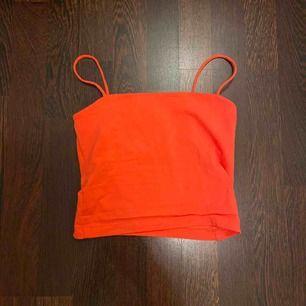 Ett korallrosa linne från Gina Tricot (färgen är mycket ljusare i värkligheten) använd 1-2 gånger. Säljer pga använder inte!