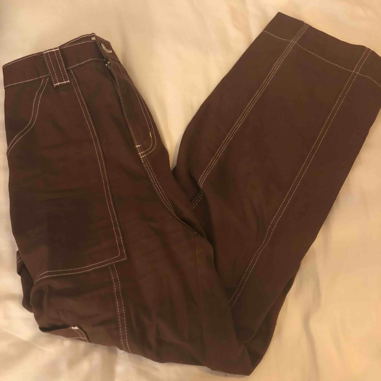 Bruna byxor med små fickor här och där. Jag har använt de ungefär 5 gånger och säljer de pga av att de är förstora på mig därmed är den ganska stor i storleken. Jag har hyfsat långa ben så de är även ganska korta på mig. Köparen står för frakt.. Jeans & Byxor.
