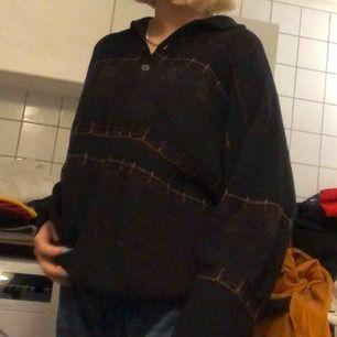 Stickad tröja assvår att fånga på bild :/ fin men används inte! Har en krage och några knappar