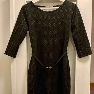 Figursydd klänning i svart med guldiga prickar från Ida Sjöstedt, perfekt till jul och nyår!  Endast använd vid två tillfällen, som ny!