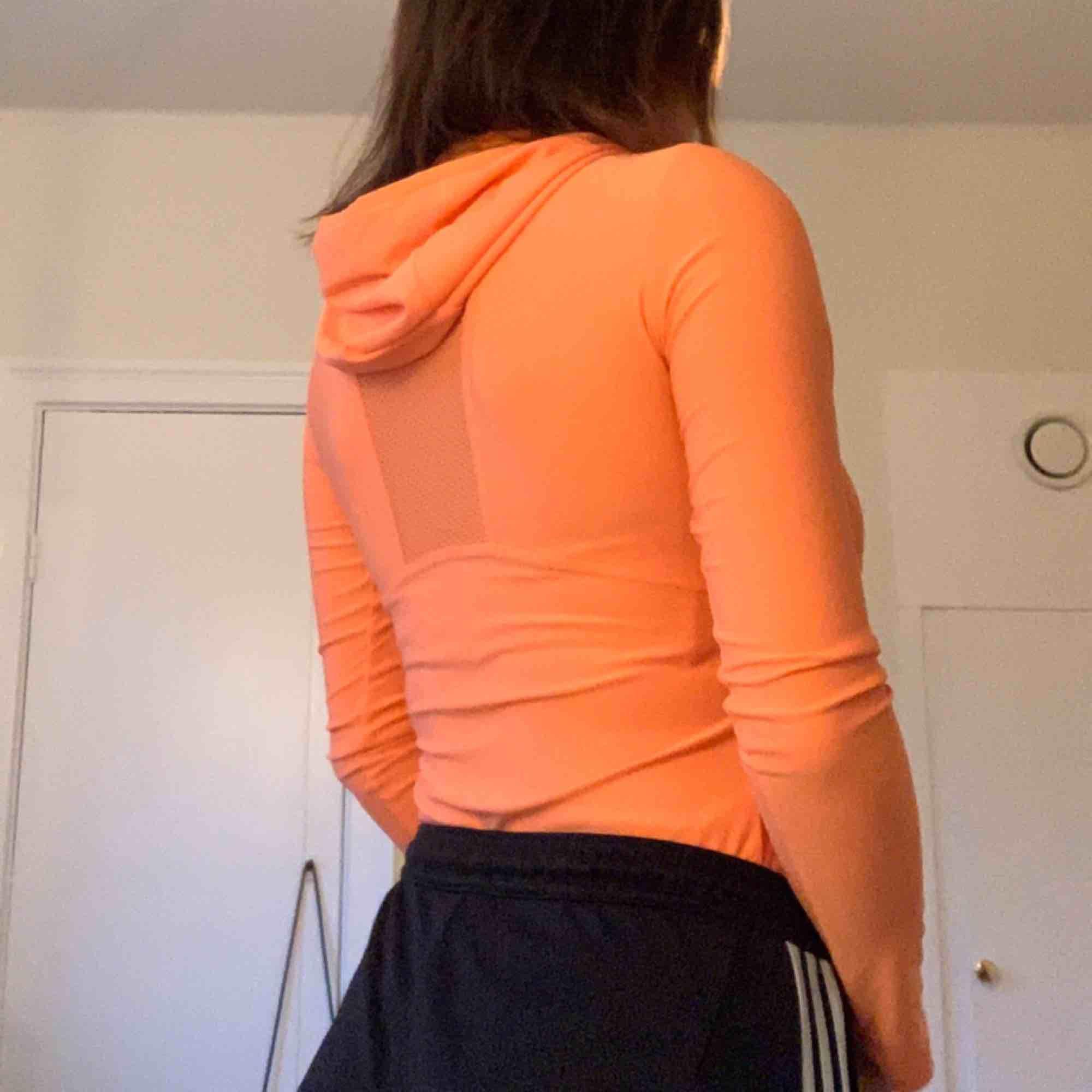 Tajt tränings tröja köpt i London förra året. XS, men använt av mig som har stl S vanligtvis. Frakt står köparen för. Huvtröjor & Träningströjor.