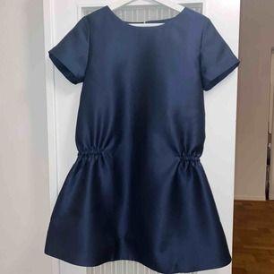 Midnattsblå klänning i skimrande tyg från NORR Copenhagen, så fin till vinterns fester!  Aldrig använd, prislapp kvar!