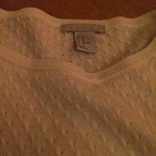 Gräddvit stickad tröja från hm. Strl m men passar mig som vanligtvis är en s. Mycket skön och enkel. Köparen betalar frakt
