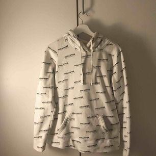 En snygg hollister hoodie, använd max 5 gånger. I väldigt bra skick! Den är lite större i storleken så passar perfekt för en som är XS/S.