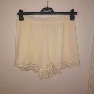 Söta shorts från Monki med volanger längst ner. Storlek L men passar även en M. Oanvända och i nyskick.