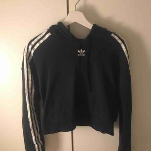 En as snygg svart lite croppad hoodie från adidas, endast testad!! Köpt från Zalando. Köpare står för frakt.