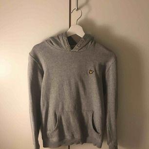 En snygg och trendig hoodie från Lyle&Scott, använd max 5 gånger så väldigt bra skick! Passar både killar och tjejer. Har köpt den från Kidsbrandstore. Jag är en XS/S och den passar perfekt på mig!