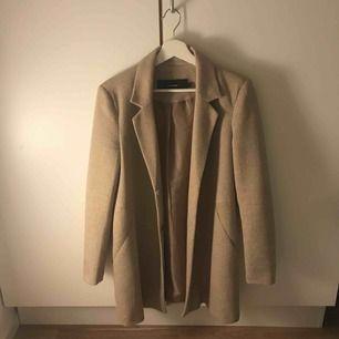 En väldigt snygg kappa från Vero Moda, använd max 2 gånger. Den är lite tjockare i materialet så passar perfekt under höst/vinter/vår. Kan gå ner i pris vid snabb affär.