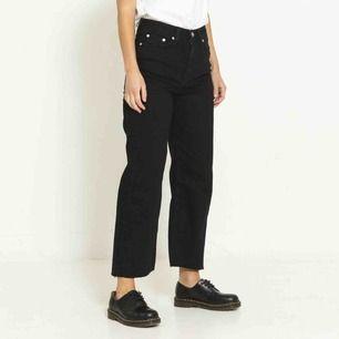 Skitsnygga svarta jeans i en kortare modell. Storlek M, och dem är väldigt lite använda, stretchiga och väldigt sköna.