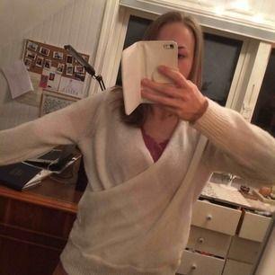 Varm vit wrapstyle tröja från Gina. Använd fåtal ggr så i gott skick! Köparen betalar frakt.