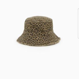 En jättefin bucket hat med leopardmönster från Zara.  Kan tänka mig att gå ner i pris vid snabb affär💕
