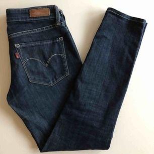 Lågmidjade, superstretchiga jeans från Levis. Strl 25x32, passar mig och jag är en Small (är 1.70m) . Bra skick! Frakt 79kr:)