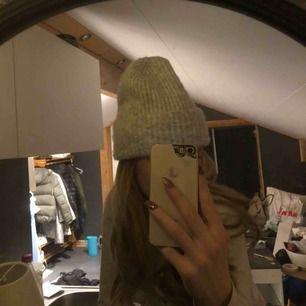 Snow Knit beanie från weekday inköpt för 200k, bra skick, använd förra vintern, super varm och skön mössa🥰