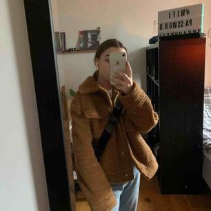 Intressekoll på min Smila trucker jacket från Gina, vad jag vet är den slutsåld. Strl 34 men oversized passform. Använd 3 ggr.