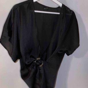En svart blus från Ginatricot i storlek 36! Passar även 38. Hör av er vid intresse, frakt tillkommer på 63kr!🧡