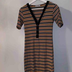 En jättesnygg klänning från zara. Den har tyvärr ett hål på bakre låret som ni ser på bilden. Hålet går att laga därav de billiga priset! Frakt tillkommer på 63kr!🥰