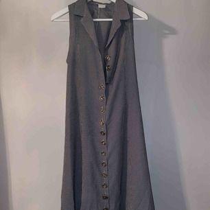 En klänning köpt på second hand i rutigt mönster. Det står ingen storlek men passar s-m skulle jag säga! 💛 Hör av er vid intresse, frakt tillkommer på 63kr!🤩