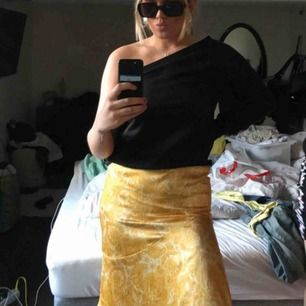En kjol i gult och vitt mönster! Storlek 36!❤️ hör av er vid intresse, frakt tillkommer på 63kr💛