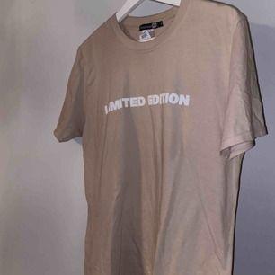 """En t-shirt från boohoo med tryck """"Limited edition"""". Tycker själv av den är sjukt snygg men får tyvärr inte användning för den...💛 hör av er vid intresse, frakt tillkommer på 63kr!"""