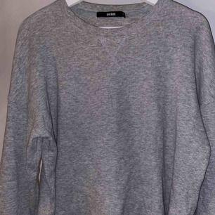 En tröja från bikbok som är i storlek xs men passar även s och m! Hör av er vid intresse, frakt tillkommer på 63kr🥳💛