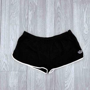 Mörkblå/svarta shorts från adidas storlek S i fint skick.  Möts upp i Stockholm eller fraktar.  Frakt kostar 36kr extra, postar med videobevis/bildbevis. Jag garanterar en snabb pålitlig affär!✨
