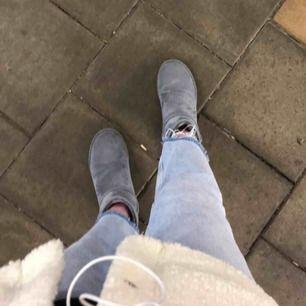 Säljer mina as coola jeans från zara, köpt för inte alls länge sen. Så väldigt bra skick. Sitter som en 36. Skriv för bättre bilder❤️