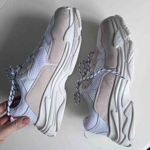 Skitsnygga skor använda en gång. Tyvärr kommer de inte till användning bara. Sista bilden visar de ända felet. En ögla till snöret längst upp har lossnat, därav lägre pris. Annars superbra skick o så snygga😍
