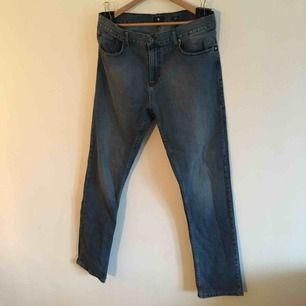 Regular fit- Jeans från DC strlk 36 Köpta för inte så längesen och använda ett fåtal ggr. Finns för upphämtning i Örebro, kan även skickas där mottagaren står för frakt