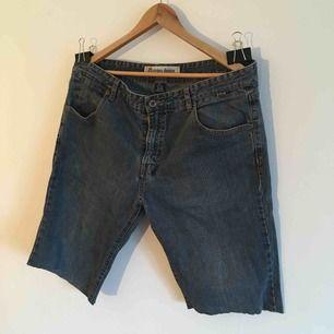 Jeans från Etnies som jag själv har gjort till shorts. Finns för upphämtning i Örebro, kan även skickas där mottagaren står för frakt