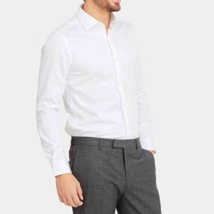 Säljer en väldigt fin och stilren skjorta, använd max 2 gånger och är i väldigt gott skick! Frakten ingår i priset!