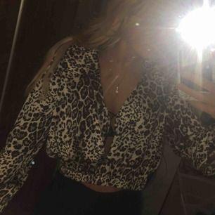 Leopard tröjor!  1: skitsnygg leopard blus från bikbok! Storlek S, går att knäppa som man vill. 2: leopardblus från Lindex XS  3. Leopard polo från bikbok storlek M.  50 kr st eller alla för 120!💕