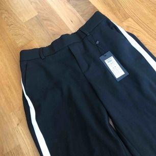 Snygga kostymbyxor i storlek S/30 med stretchig passform. Helt oanvända med prislappar kvar på. 🥰