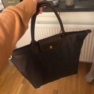 A-kopia av märket Longchamp. Har använts vid några få tillfällen så är i fint skick. Fler bilder kan skickas vid förfrågan 🥰