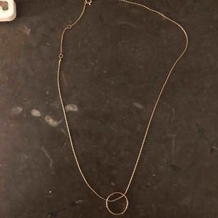 Guldfärgat halsband med ring 🥰