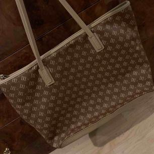 Brun/beige väska i läderimitation från Don Donna, köpt på Accent, sparsamt använd och i gott skick!