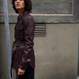 Otroligt fin mörkröd jacka i äkta läder med bälte från House of Dagmar. Fint skick passar xxs/xs. Över 5000kr i nypris. Säljer pga kommer inte till andvändning