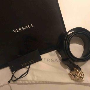 Versace skärp använt fåtal gånger, är i nyskick, kvitto, dustbag, tags o påse finns kvar, köpt i Versace butik i New York