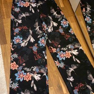 Vida och svala mönstrade byxor från HM. Snygg passform som är något smalare upptill med vida ben.