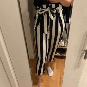 Säljer dessa fina randiga kostymbyxor från H&M för jag tycker dom är lite korta i benen (är 179 cm lång), endast använda ett fåtal gånger, inga defekter.