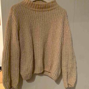 Cremevit stickad tröja från märket Selected Femme.  Storlek L men passar även M.  Nypris 500kr säljer för 200.  Garnet är lite skimrande, superfint!