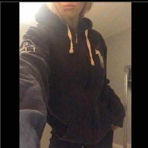 Super snygg oversize hoodie från Ralf lauren som inte kommer till någon användning längre. Storlek M, fraktar men köparen står för frakt🥰