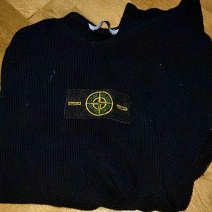 En stone island tröja utan luva (college tröja). Jag har använt den 2 gånger men det var fel storlek för mig. Den är äkta! Kanske kan gå ner i pris vid snabb affär