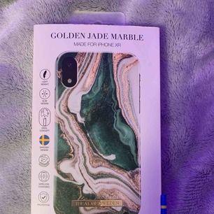 Säljer ett helt alldeles nytt iPhone XR skal från Ideal of Sweden , aldrig använd! Köpte fel, har en iPhone xs men råka köpa i xr :( Väldigt populärt skal! Kan mötas upp i Sthlm/söder och jag kan frakta men köpare står för frakten💕