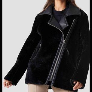 Säljer min hannaliciousxnakd jacka då den inte kommer till användning längre. Nypris är 1100kr. Skicka meddelande för fler bilder. Frakt inte inkluderat