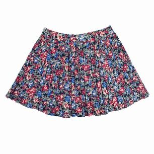 Floral patterned pleated mini skirt Liberty of London Prints ltd., Label missing, fits best S-M Measurements (flat): length: 42.5 waist: 38 Price is final! Free shipping! Ask for the full description! No returns!