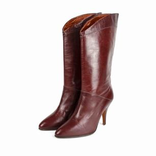 Vintage 80s real leather heeled boots in burgundy Heel top pieces missing SIZE Label: 3, fit best 35-36 EUR Model: 165/36 shoes (good on her) Free shipping! Read the full description at our website majorunit.com No returns