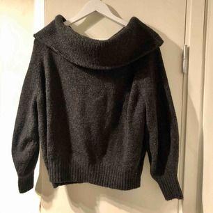 Varm och skönt stickad tröja! Är lite off shoulder modell. Knappt använd:) köpare står för frakt
