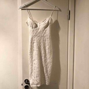Vit spetsklänning, använd en gång! Mjukt material. Köpare står för frakt :)