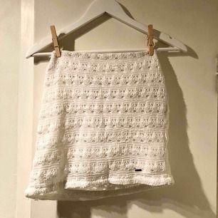 Söt kjol i spets från Hollister! Fint skick! Köpare står för frakt :)