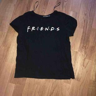 Säljer min Friends tröja från H&M, storlek S fint skick! Använd kanske 2 gånger. Köparen står för frakten :)